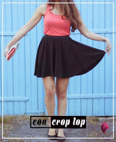 como combinar una falda negra de vuelo crop top