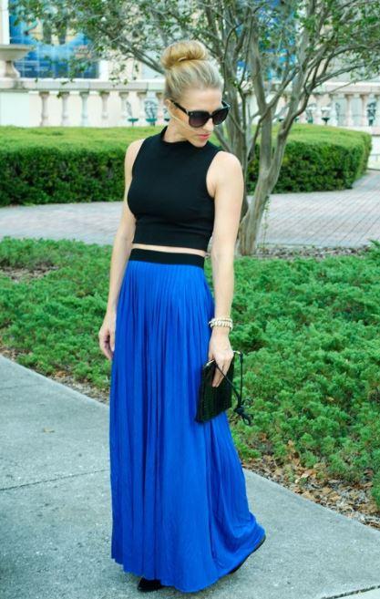 como combinar una falda larga azul con negro lentes oscuros y clutch
