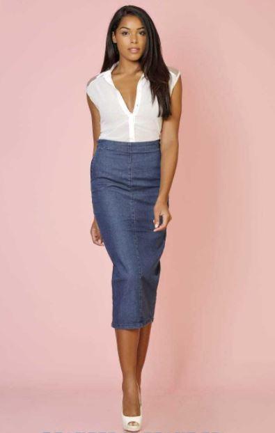 mujer con falda jean larga azul y blusa blanca