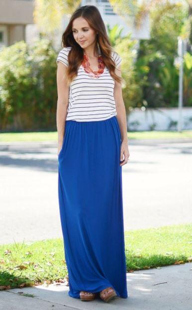 Como combinar una falda larga azul con una blusa blanca de rayas delgadas