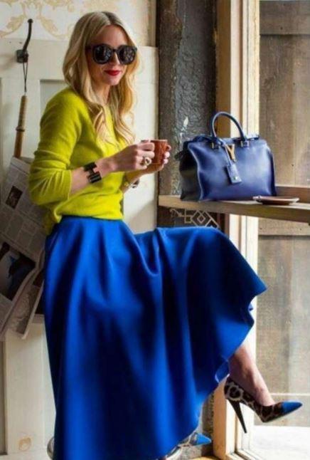 como combinar una falda larga azul con amarillo
