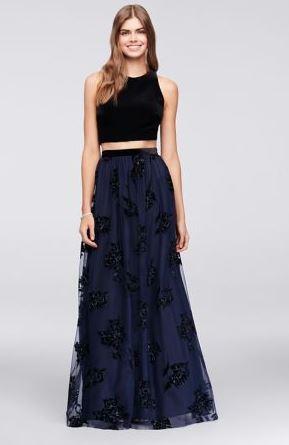 como combinar una falda larga azul con negro jovencita