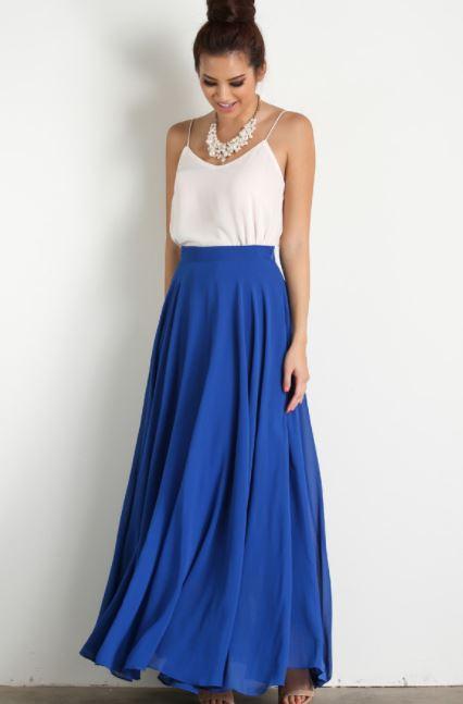 como combinar una falda larga azul con blusa de tirantes blanca