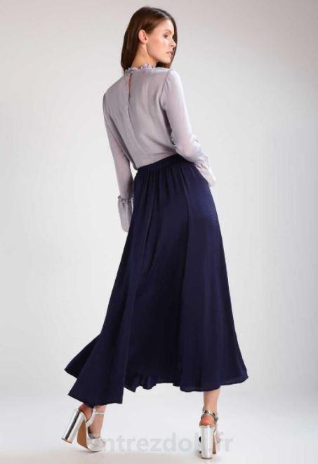 como combinar una falda larga azul marino con blusa holgada acampanada