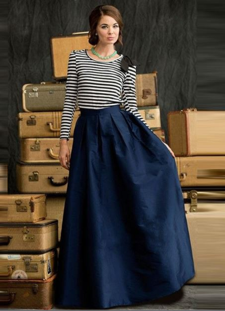 como combinar una falda azul marino oscuro larga con una blusa rayada