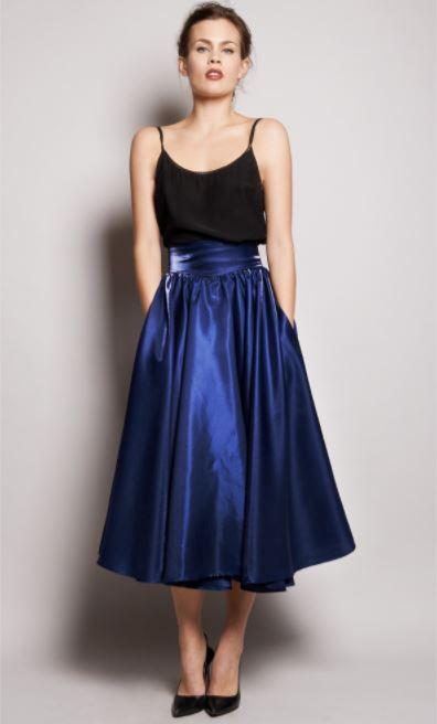 como combinar una falda azul electrico con top negro de tirantes