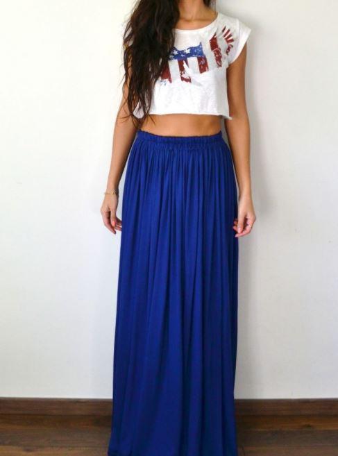 como combinar una falda larga azul con top blanco holgado