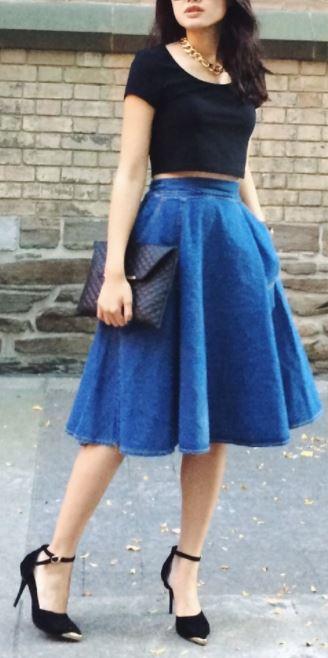 como combinar una falda larga azul jean circular con negro clutch negro
