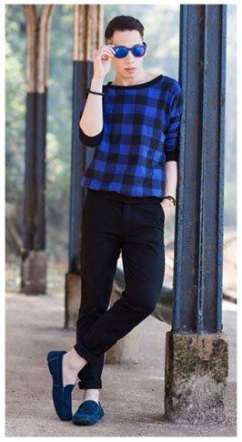 Como combinar zapatos azules de hombre con pantalón negro y suéter azul