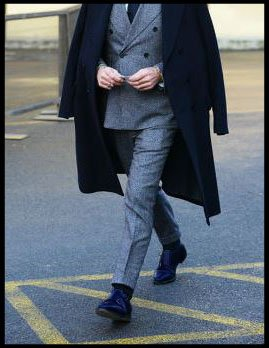 como combinar zapatos azules de hombre con gris