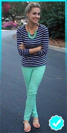 Como combinar un pantalón azul de mujer con un top azul de rayas y collar turquesa