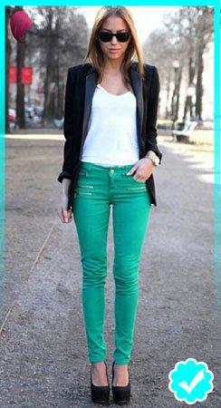 Como combinar un pantalón turquesa con blazer negro y top blanco