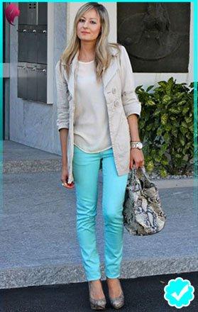 Como combinar un pantalón turquesa de mujer con color hueso
