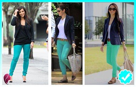 Como combinar un pantalón turquesa con un blazer negro y azul marino