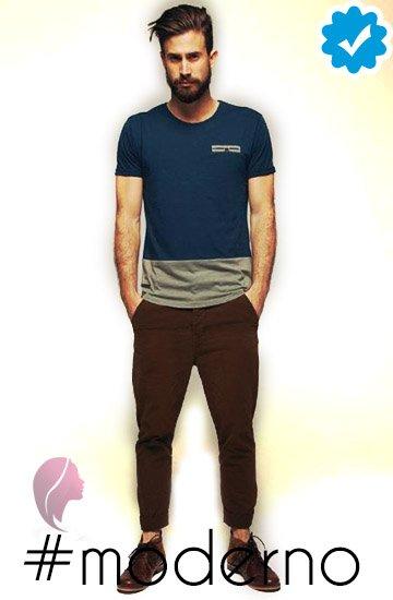 como combinar un pantalón café oscuro de hombre con camiseta o top azul marino