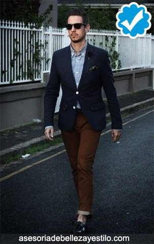 como combinar un pantalón café oscuro con un blazer azul marino