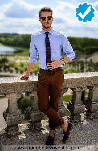 como combinar un pantalón marrón oscuro con una camisa celeste