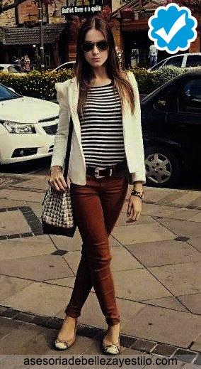 Combinar pantalón marrón oscuro de mujer y un blazer blanco