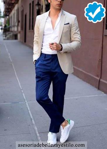 Como combinar un pantalón azul de hombre con blazer color hueso