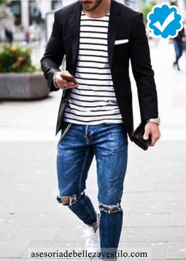 Cómo combinar un pantalón azul de hombre con un blazer negro.