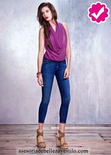 Cómo combinar pantalón azul de mujer con violeta