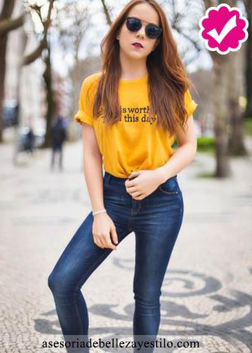 Como combinar un pantalón azul de mujer con un top amarillo