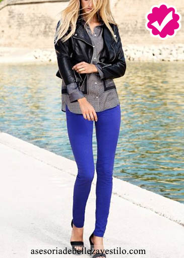 Como combinar un pantalón azul de mujer con una chaqueta negra