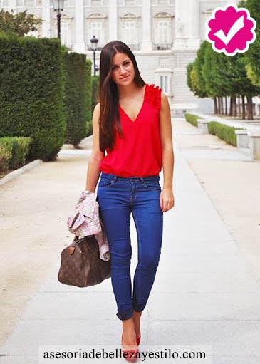 Como combinar un pantalón azul de mujer con rojo
