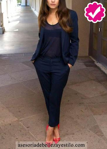 Como combinar un pantalón azul de mujer con un blandear azul