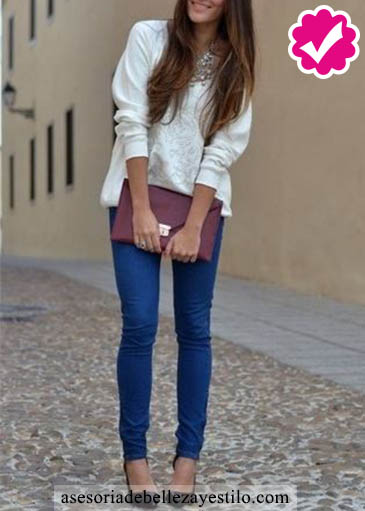 Como combinar un pantalón azul de mujer con un jersey o sueter blanco