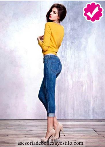 Como combinar un pantalón azul de mujer con un jersey o sueter amarillo