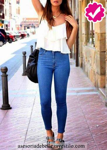 Como combinar un pantalón azul de mujer con una blusa de tirantes