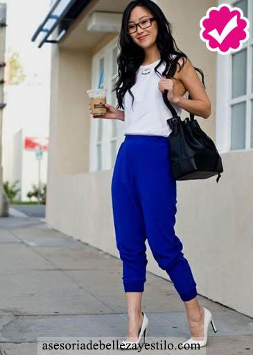 Como combinar un pantalón azul de mujer con una blusa blanca