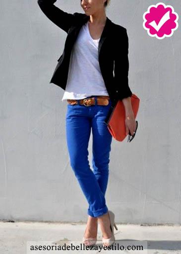 Como combinar un pantalón azul de mujer con una blazer negro