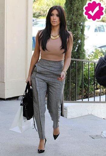 Pantalon gris de mujer combinación con top nude kim kardashian