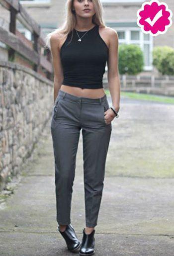 Como combinar un pantalón gris de vestir de mujer con top negro