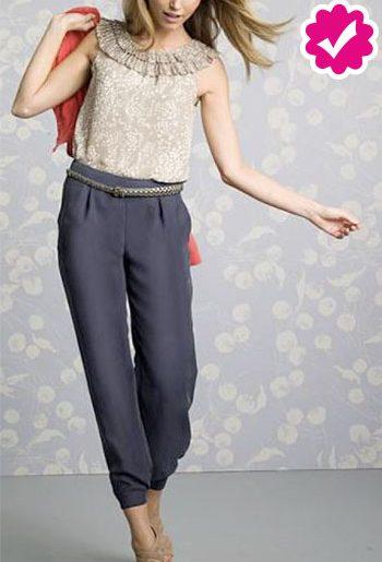 Como combinar un pantalón gris de mujer con blusa nude