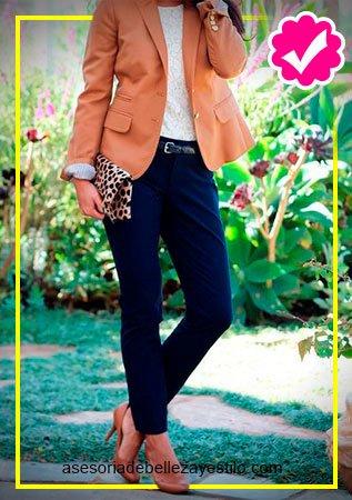 Como combinar un pantalón azul marino de mujer con blusa blanca y blazer naranja