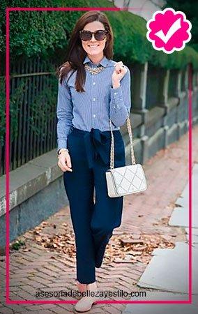 Como combinar un pantalón azul marino de mujer con con camisa azul