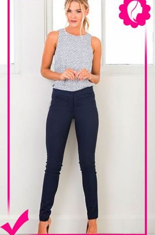 Como combinar un pantalón azul marino de mujer top gris