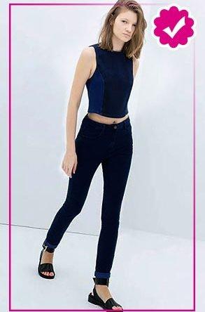 Como combinar un pantalón azul marino de mujer top azul con negro
