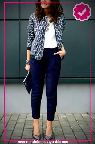 Como combinar un pantalón azul marino de mujer con top blanco y chaqueta azul