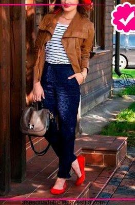Como combinar un pantalón azul marino de mujer top a rayas