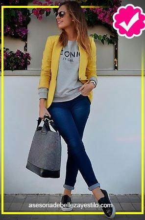 Como combinar un pantalón azul marino de mujer top gris y blazer amarillo
