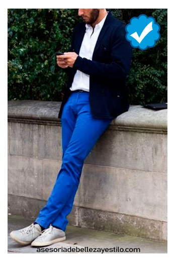 combinar pantalón azul rey de vestir con camisa blanca hombre