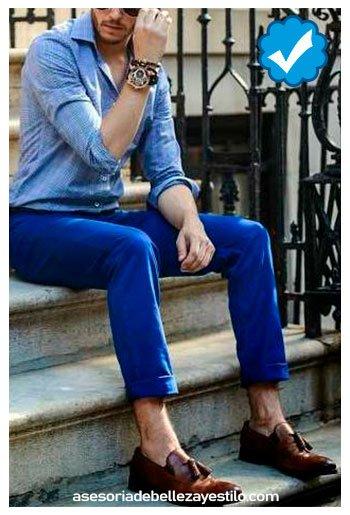 combinar pantalón azul rey con camisa celeste hombre
