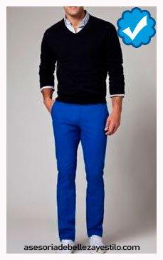 combinar pantalón azul rey con sweater negro  hombre