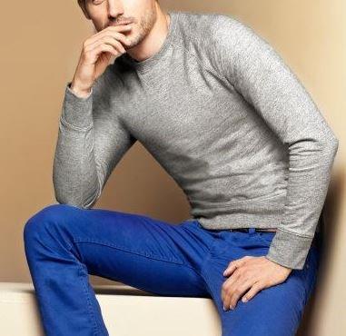 combinar pantalón azul rey con sweater gris  hombre