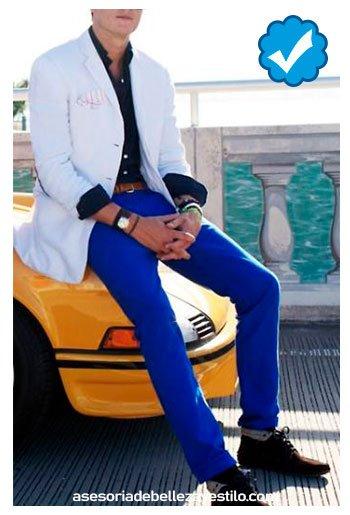 combinar pantalón azul rey con camisa azul marino hombre