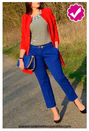 combinar pantalón azul rey con blusa a rayas de vestir